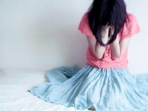 失恋から立ち直れない泣く女性