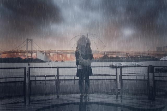 失恋して雨の下にいる女性