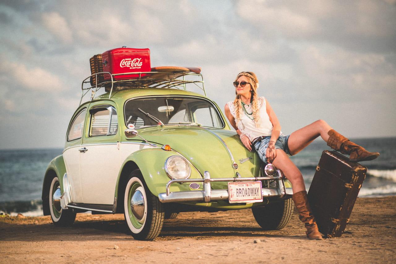 クラシックカーと女性