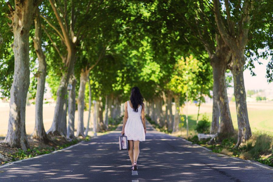 森と失恋した女性