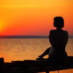 夕日と女性